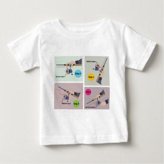 Vier Schritte, zum der spinnenden Stange mit Baby T-shirt