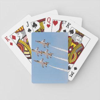 Vier Thunderbirds F-16 fliegen in nahe Bildung Kartendeck