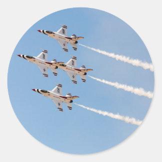 Vier Thunderbirds F-16 fliegen in nahe Bildung Runder Aufkleber