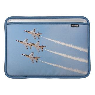 Vier Thunderbirds F-16 fliegen in nahe Bildung Sleeves Fürs MacBook Air