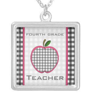 Vierte Grad-Lehrer-Gingham-Apple-Halskette Halskette Mit Quadratischem Anhänger