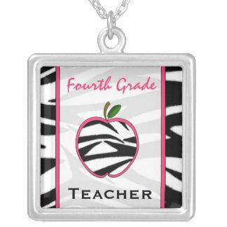 Vierte Grad-Lehrerzebra-Druck-Apple-Halskette Halskette Mit Quadratischem Anhänger