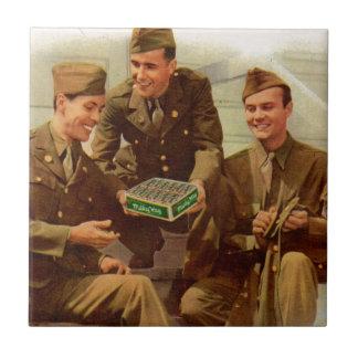 Vierzigerjahre WWII Lötmittel mit Süßigkeit vom Kleine Quadratische Fliese