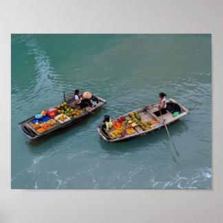 Vietnamesische Frauen in den Booten mit Früchten Poster