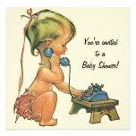 Vintage Baby-Dusche, niedliches Mädchen, das am Individuelle Einladungen
