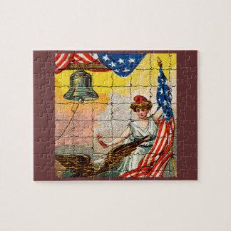 Vintage Dame, Adler, Flagge und Freiheit Bell Puzzle