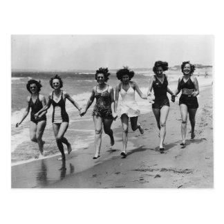 Vintage Frauen, die auf den Strand laufen Postkarte