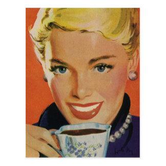 Vintage Getränke, lächelnder Frauen-trinkender Postkarte