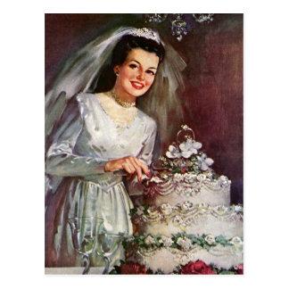 Vintage Hochzeit, Braut, die den Hochzeits-Kuchen Postkarte