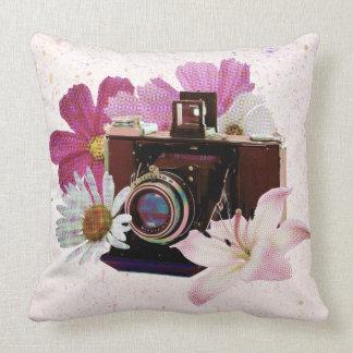 Vintage Kamera mit Blumen Kissen