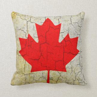 Vintage Kanada-Flagge auf einer gebrochenen Wand Kissen