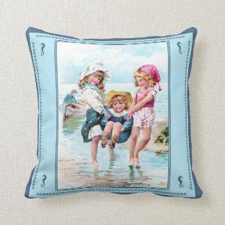 Vintage Kinder, die am Küste-Kissen spielen Kissen