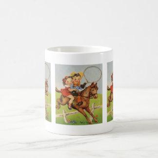 Vintage Kinder, die ein Pferd spielt Cowboys Kaffeetasse