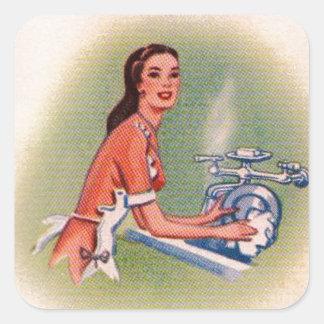 Vintage Kitsch-Vorort-Hausfrau, die Geschirr tut Quadratischer Aufkleber