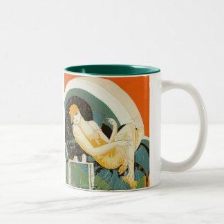 Vintage Kunst-Deko-Frau, die auf Couch, Chompre Zweifarbige Tasse