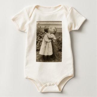 Vintage Liebe Romance, küssende Kinder, erster Baby Strampelanzug
