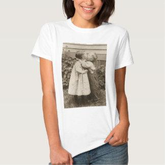 Vintage Liebe Romance, küssende Kinder, erster Hemd