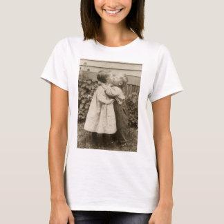 Vintage Liebe Romance, küssende Kinder, erster T-Shirt