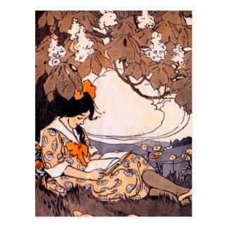Vintage Mädchen-Lesung unter einem Baum Postkarte
