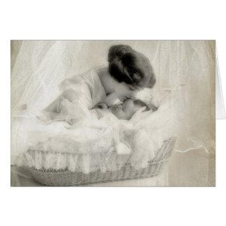 Vintage Mutter, die Baby in der Korbwiege küsst Karte