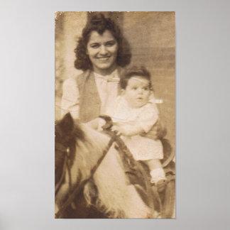 Vintage Mutter und Kind auf einem Pony Poster