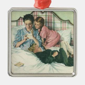Vintage Mutter und Kinder, die Karten im Bett Quadratisches Silberfarbenes Ornament