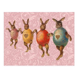 Vintage Osterhasen, die mit Ei-Kostümen tanzen Postkarte