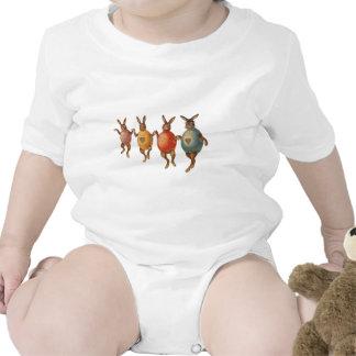 Vintage Osterhasen, die mit Ei-Kostümen tanzen Shirt