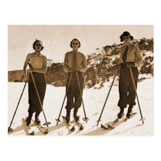 Vintage Retro Frauen-Ski fahrender 'Ski gammelt Postkarte