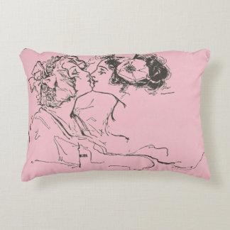 Vintage rosa Paris-Wohnung, die Mädchen küsst Dekokissen