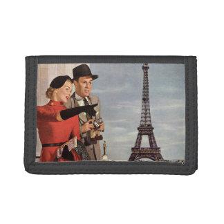 Vintage Touristen, die in Turm Paris Eiffel reisen