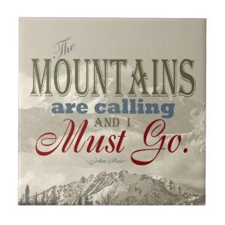 Vintage Typografie, welche die Berge nennen; Muir Keramikfliese