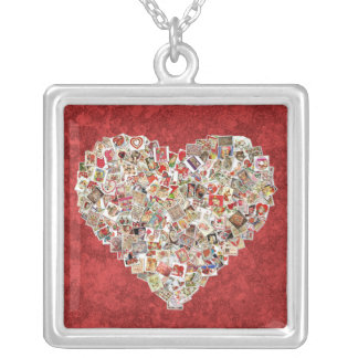 Vintage Valentine-Karten-Herz-Collage auf Rot Versilberte Kette