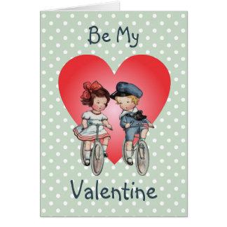 Vintage Valentine-Kinder auf Fahrrädern mit Herzen Karte