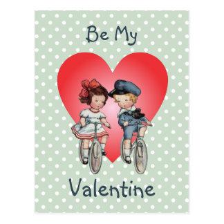 Vintage Valentine-Kinder auf Fahrrädern mit Herzen Postkarte