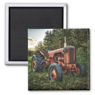 Vintager alter roter Traktor Quadratischer Magnet