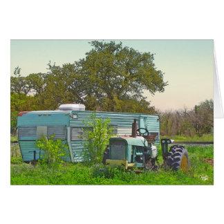 Vintager Anhänger und zusammenpassender Traktor in Karte