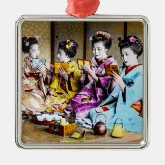 Vintager Geisha, der ihr Make-up am Tee Japan Silbernes Ornament