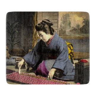 Vintager Geisha, der ihren Kimono in altem Japan Schneidebrett