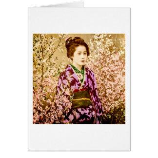 Vintager Geisha, der in den Kirschblüten aufwirft Karte