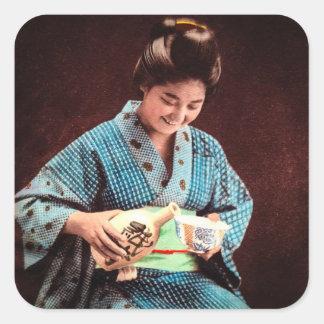 Vintager Geisha, der in einer Schale Grund altes Quadratischer Aufkleber