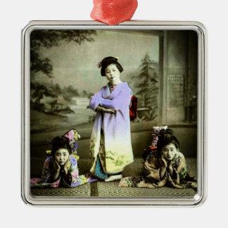 Vintager Geisha drei in alter Japan-Hand gefärbt Quadratisches Silberfarbenes Ornament