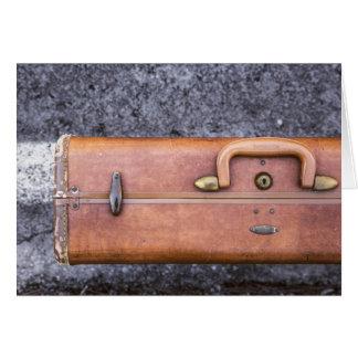 Vintager, getragener Koffer auf Seite der Straße Karte