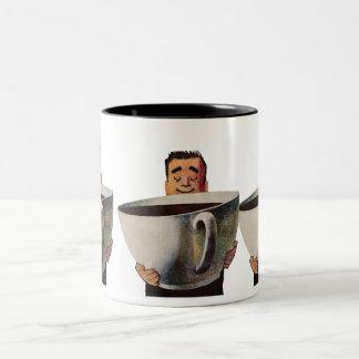 Vintager glücklicher Mann, der riesige Schale Zweifarbige Tasse