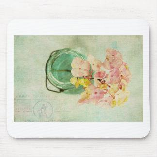 Vintager inspirierter Hydrangea im blauen Glasglas Mousepad