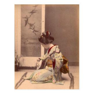 Vintager japanischer Geisha, der das shamisen Postkarte