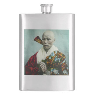 Vintager japanischer Shinto-Priester, der altes Flachmann