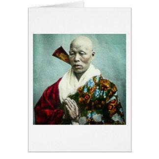 Vintager japanischer Shinto-Priester, der altes Karte