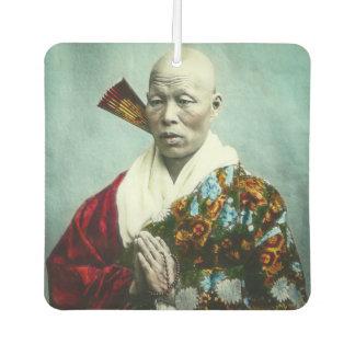 Vintager japanischer Shinto-Priester, der altes Lufterfrischer