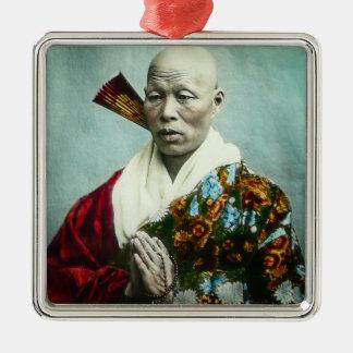 Vintager japanischer Shinto-Priester, der altes Silbernes Ornament